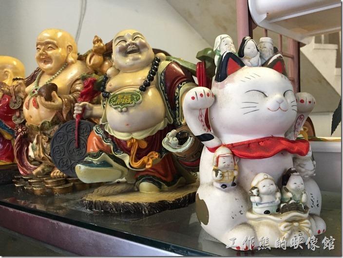台南-池上便當(東部鐵路飯包)。櫃檯上放著幾尊財神爺及招財貓。