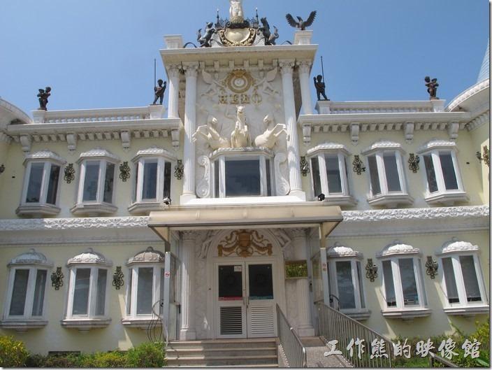 走到門前還有一塊寫著「內政部移民署台南市第一服務站 」的金字招牌。