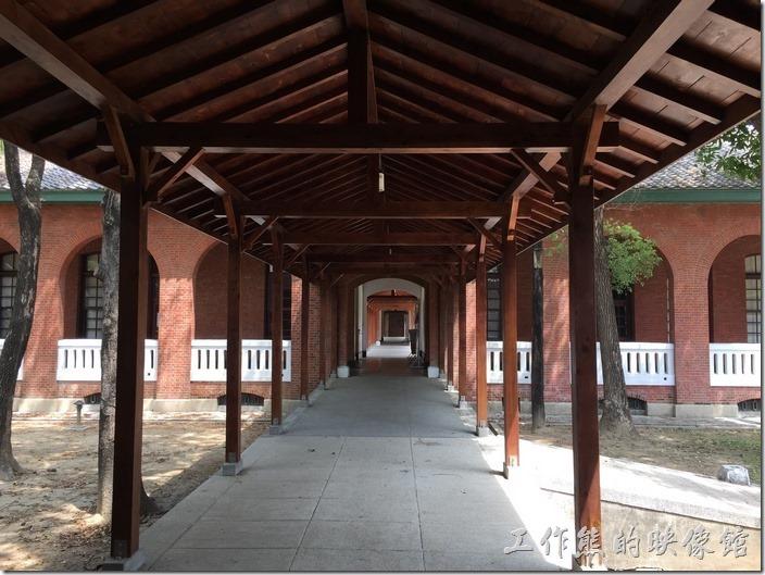 成功大學力行校區的棟與棟建築之間的連接迴廊,屋頂用的都是仿古的木頭建築,上面鋪上黑瓦片。