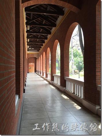 成功大學力行校區教室前面的走廊。