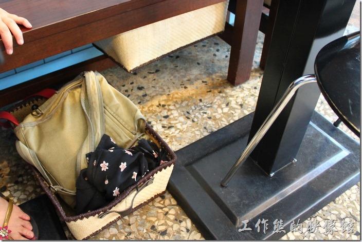 台南-巫比屋。店主人非常富有巧思,在座椅底下擺放了許多的竹編籃子,讓客人可以擺放其絲人物品。