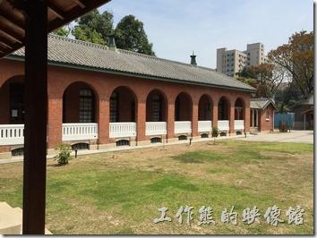 台南成功大學(力行校區)。紅磚黑瓦白欄杆正式早期日式建築在台灣的呈現。
