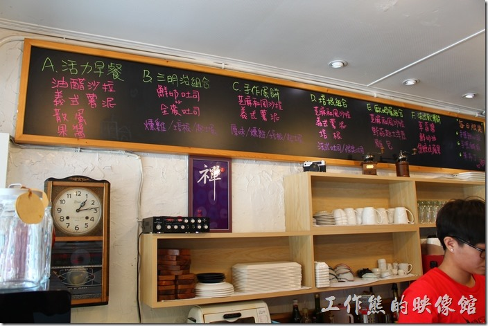 巫比屋的吧台及廚房,吧台上頭的黑板有套餐餐點的菜單。