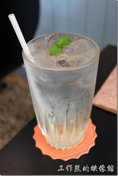 台南-巫比屋。氣泡水。有蜜桃、萊姆、草莓三種口味可以選擇,我們選擇了萊姆口味,這麼熱的天來一杯,清爽透涼。