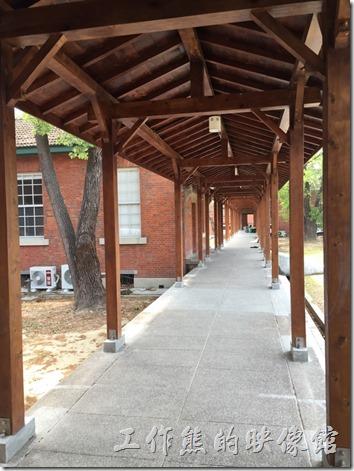 台南成功大學(力行校區)。教室的郎前走廊與校舍間的迴廊都採用木頭與磚頭混搭的建築。