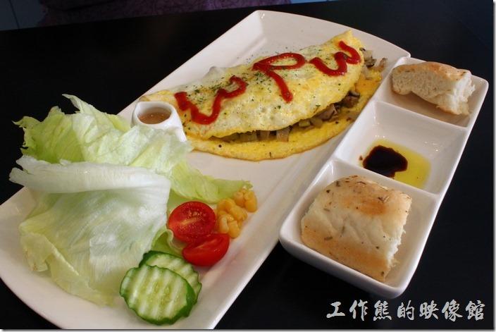 台南-巫比屋。歐姆蛋組合,NT159,附一杯飲料。有佛卡夏麵包兩塊、蔬菜沙拉搭配芝麻和風醬,還有-野姑洋蔥起司歐姆蛋。