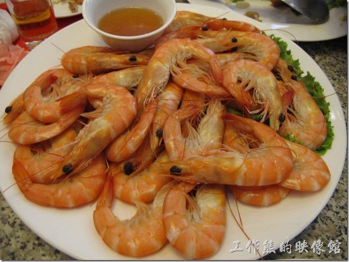 台南-阿美飯店。白醋蝦。這蝦子煮熟厚用冰塊冰鎮了才端出來,肥美新鮮,可惜連最愛吃蝦子的小姪女都已經投降了。
