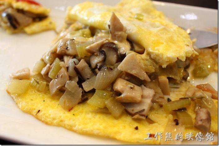 台南-巫比屋。野姑西芹起司歐姆蛋內有滿滿的餡料。