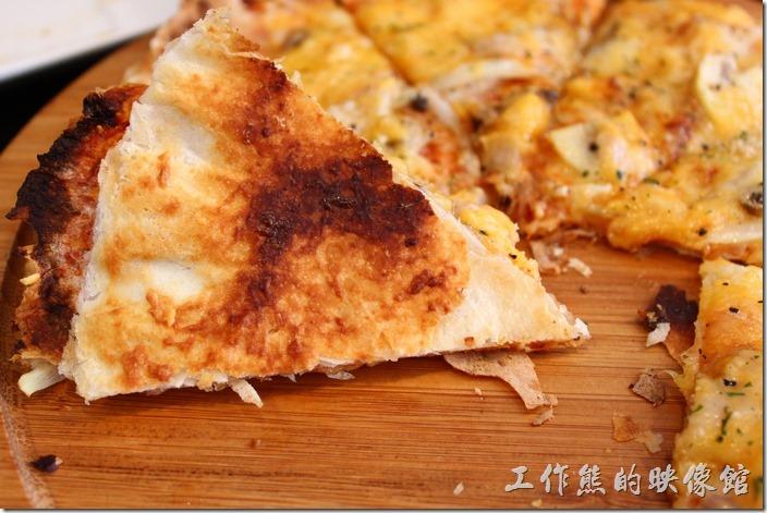 台南-巫比屋。這披薩的餅皮烤到微焦,咬起來酥脆可口好吃。