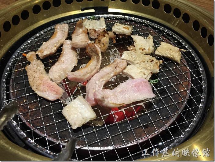 台北南港-乾杯燒烤。才剛開始烤而已,好像就開始有點燒焦了。