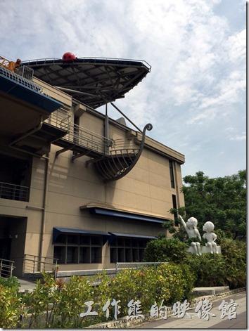 台南成功大學(力行校區)。鄰近小東路上的「綠色魔法學校」外觀,可以看到兩個小孩的雕像遙指太陽能板。