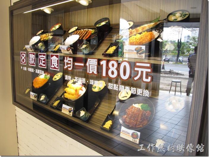 台南府前路上的【定食8】裝潢其實滿有特色的,一樓是【爭鮮】,二樓才是【定食8】,所以在一樓的牆面上特定製做了套餐的標本來吸引顧客。