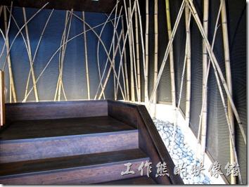 台南-定食8日式料理。從一樓上到二樓的樓梯也特別用竹子佈置得很有日本味道。