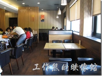 台南-定食8日本料理。餐廳內的桌椅雖不太像日式風格,但窗明几淨的,讓人覺得很舒服。