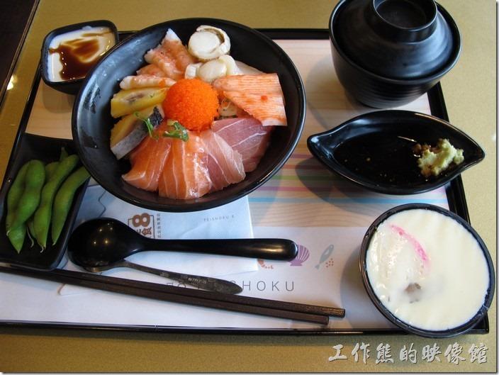 台南-定食8日本料理。豪華海景丼(海鮮丼),NT$180。除了生魚片主餐外,每個餐點都附餐有漬物、茶碗蒸、味噌湯、毛豆及甜點。
