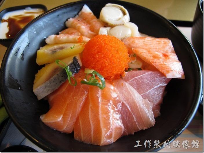 台南-定食8日本料理。豪華海景丼(海鮮丼),NT$180。生魚片有鮭魚、旗魚、蝦子、干貝、明太子、蟹肉棒…等,內容算是很豐富,但好像之前的比較豐富的樣子。