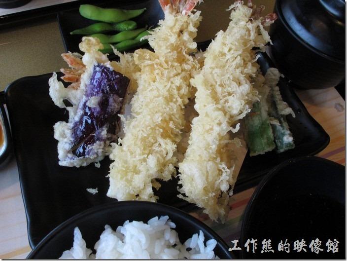 台南-定食8日本料理。炸蝦天婦羅定食,NT$180。兩隻蝦子、另外還有茄子以及其他的蔬菜。