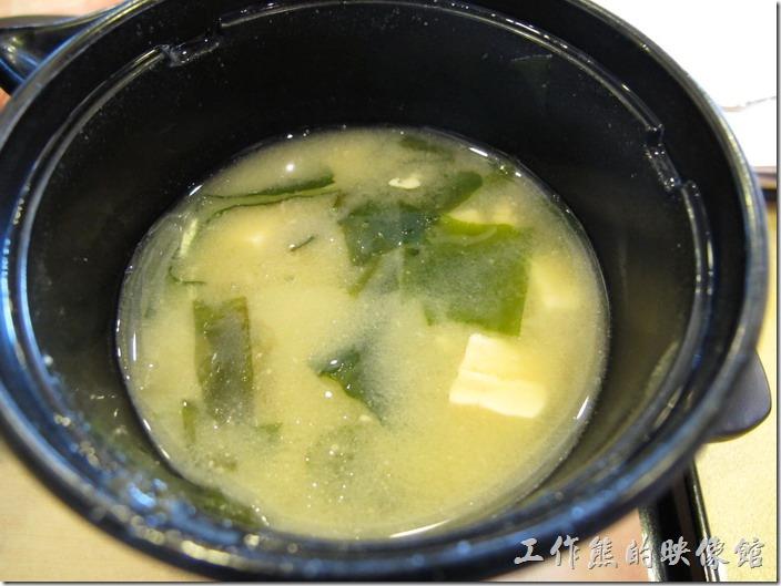 定食8的味噌湯可以無限暢飲,昆布也可以自由添加,記得以前裏頭還有滿滿的魚肉,這次來不知道是被撈光了,還是為了節省成本不見了。
