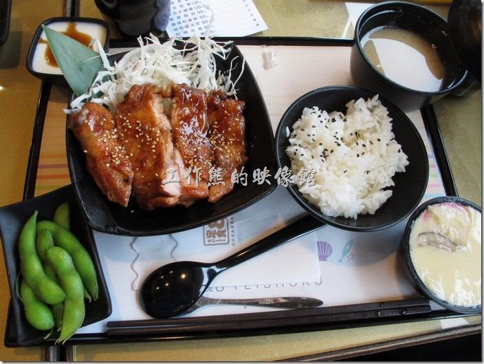 台南-定食8日本料理。照燒雞腿定食,NT$180。這照燒醬好強烈,稍微甜甜的,雞肉的肉質也有一定的水準。