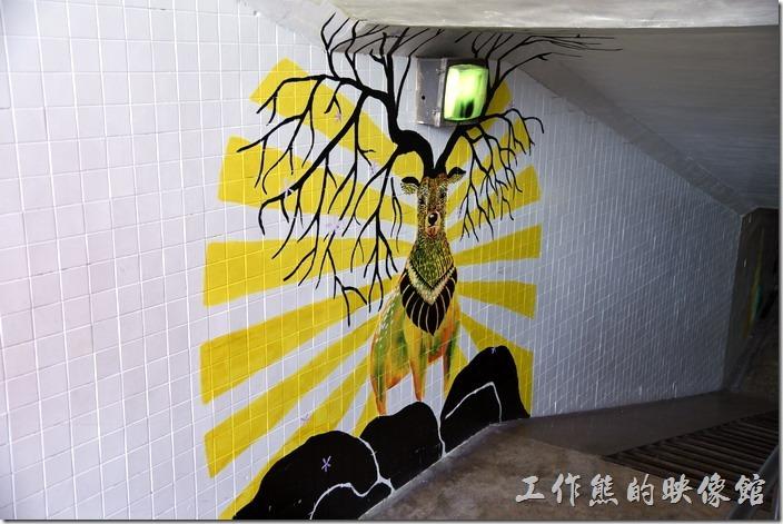 台南市衛民街地下道-新台壁-百會穴。這是知事官邸這一側入口處的壁畫,有點像卡通《魔法公主》裡那隻山獸神的感覺。