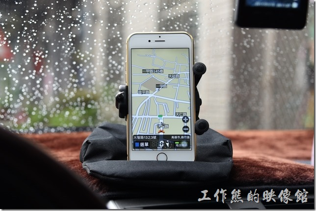 這款手機沙包座除了可以橫放之外,也可以選擇直放,當然得調整一下不要去壓到音量或電源按鈕,針對手機來說真的很好用。其所可以夾持的行動裝置最大寬度可以到10cm(公分),所以就算是iPhone6 plus (度7.78cm) 還是可以放得下。