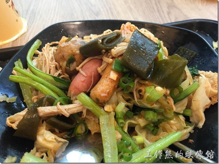 台北南港-黑面菜滷春秋。這是【B餐台式五味煮】,NT120。內容有金針菇、火鍋餃、三角豆包、小豆皮、海帶、貢丸、魚丸、小熱狗…等。