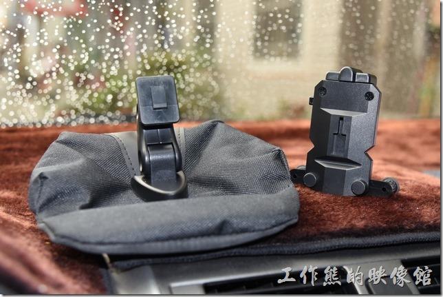 這款汽車【MINI PIZZA 沙包座】的手機架可以從沙包幾坐上拆下來,可以換上鱷魚夾型的手機座。
