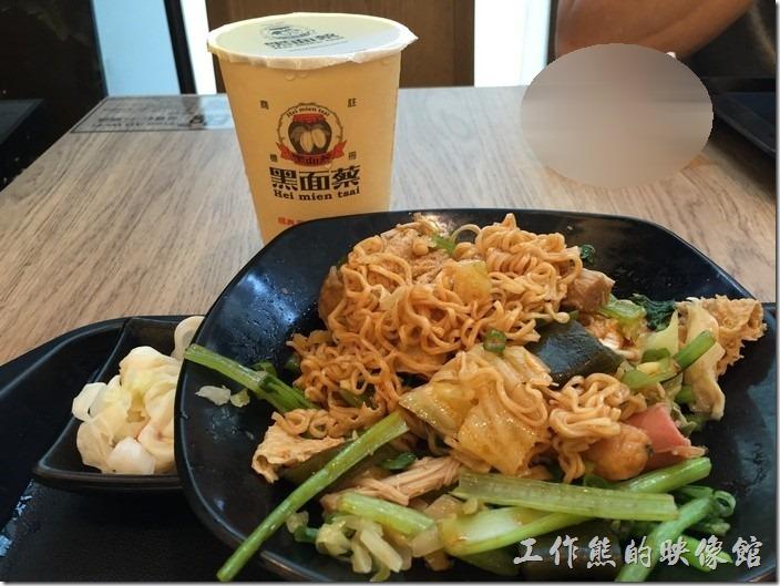 台北南港-黑面菜滷春秋。這是【B餐台式五味煮】,NT120。附台式泡菜一小疊及一杯金香紅茶。內容有金針菇、火鍋餃、三角豆包、小豆皮、海帶、貢丸、魚丸、小熱狗…等。
