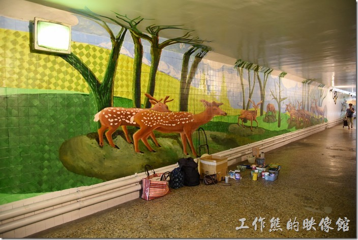 台南市衛民街地下道-新台壁-百會穴。牆壁上的立體的梅花鹿圖畫,看起來像要躍出牆壁的感覺。