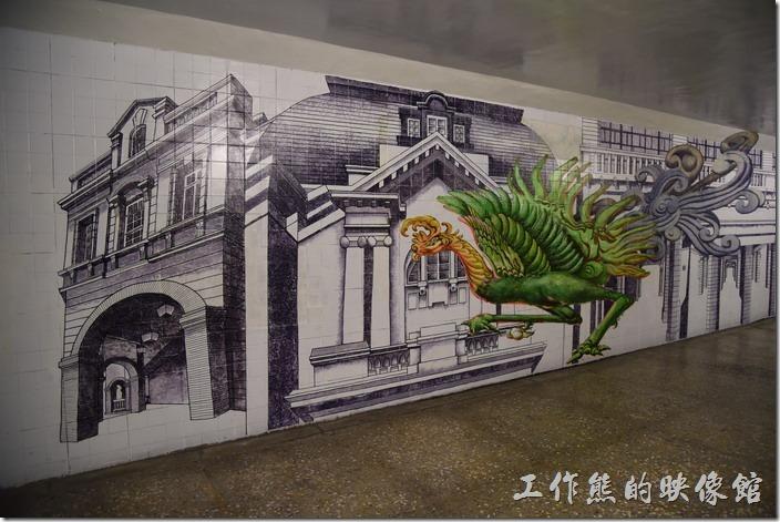 台南市衛民街地下道-新台壁-百會穴。這鳳凰(不知道是不是)出沒於知事官邸的前面。