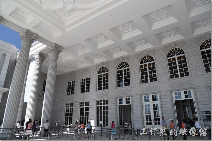 台南-奇美博物館。工作熊終於來到大廳前準備參觀奇美博物館了。