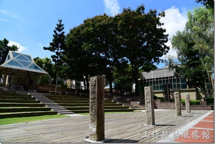 台南吳園 公會堂。由表演台望向中央台階的入口處。