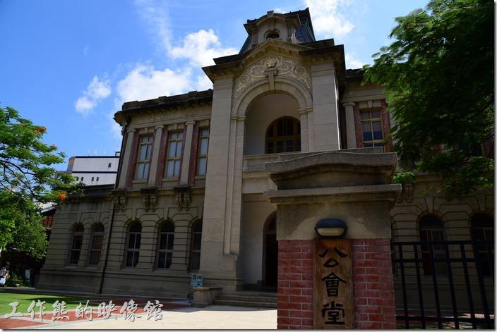 根據維基百科的說明,公會堂建築物於日治時期的西元1910年9月由「矢田貝陸」所設計,當時以財團法人型態官民合資4萬多圓興建,於西元1911年2月完工。當時叫做「臺南公館」,西元1923年時才改稱「臺南公會堂」,是當時市民重要的集會場所,也兼具教化百姓的功能。
