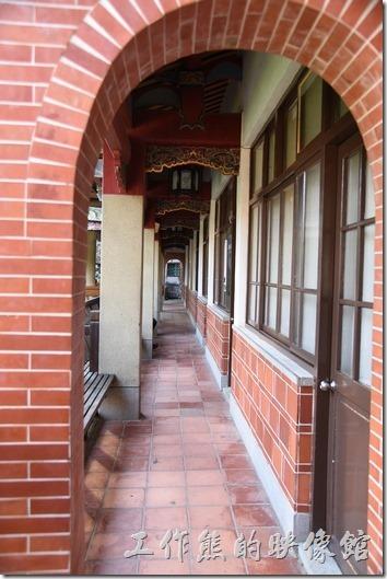 台南吳園 公會堂。不知怎麼的,我很喜歡拍迴廊,這是在表演場地右方的中國式建築裡的迴廊。