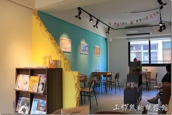 台南-A Week-Pancake-Coffee早午餐。少了廚房及吧台的二樓是個比較寬敞的空間,這片黃色的斷牆應該是故意營造出來的造型。