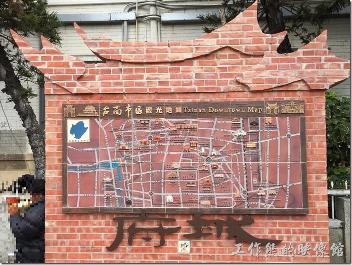 從台南火車站的前站出站後可見這塊寫著「府城」的台南市觀光地圖。