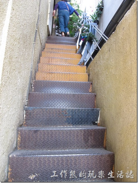 奉茶來恁兜。從一樓旁邊的小巷子爬上陡峭的類似逃生樓梯後,才能登堂入室到「奉茶來恁兜」的餐廳,迎面而來的則是令人耳目一新有著老屋風格的「咖啡簡餐」餐廳。
