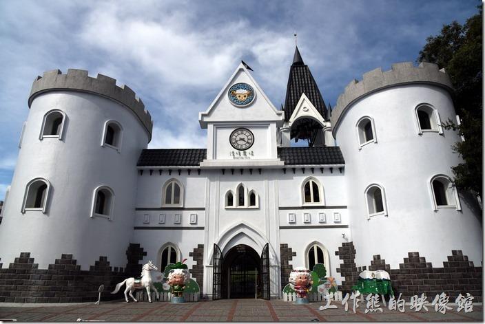 青青草原的入口變漂亮了,一整個城堡的造型,還有個鐘塔耶!