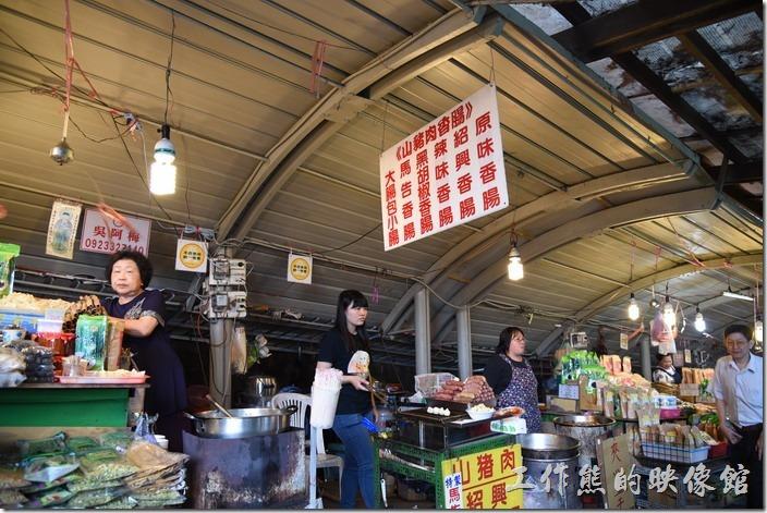 南投-青青草原午餐。青青草原兩個牧場中間的小吃攤有販賣香腸及夾心豆乾、花枝丸,還不錯吃。