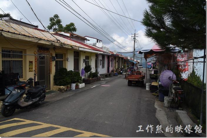 南投清境-隨便走走-博望新村的眷村模樣,其實這裡的戶數不多,就是一條十幾公尺的馬路,兩旁有住家。