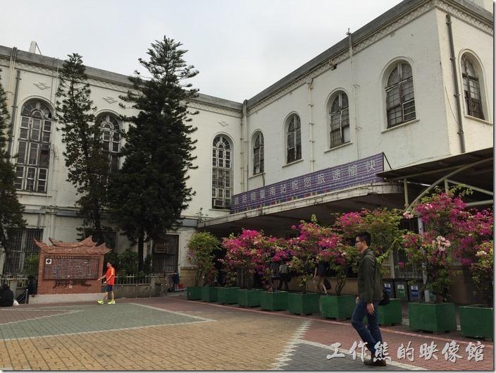 仔細看台南火車站的建築外牆上有磁磚,但現在以全部油漆成白色。台南火車站採現代與古典融合的實用的建築樣式,門窗都以古典拱形為主。