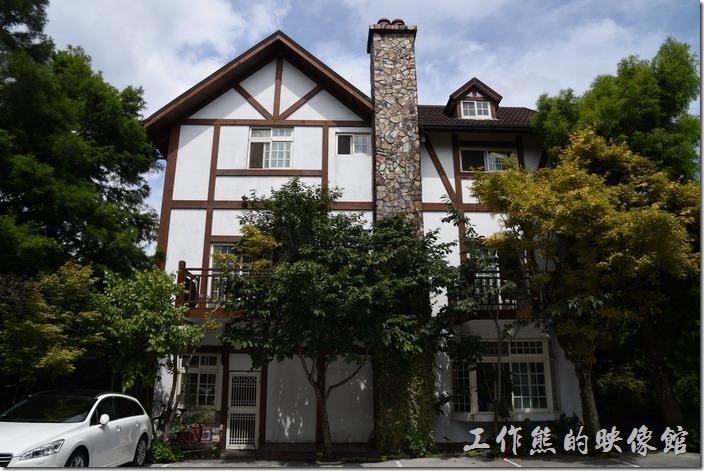 這棟建築就是【清境珂之幄山莊】民宿的主體建築,以木造建築為主,中間有一根壁爐的煙囪,不過在台灣,這個大多只是裝飾用。