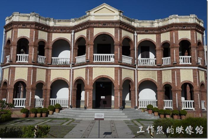 紅磚白欄杆與黃色泥雕的台南縣知事官邸。