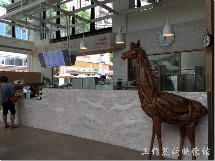 金礦咖啡高雄大昌店的櫃台景象。