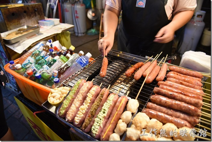 南投-青青草原午餐。烤香場還有各式的吃法,可以夾玉米、酸菜、芥末醬...等,想得出來都可以加。
