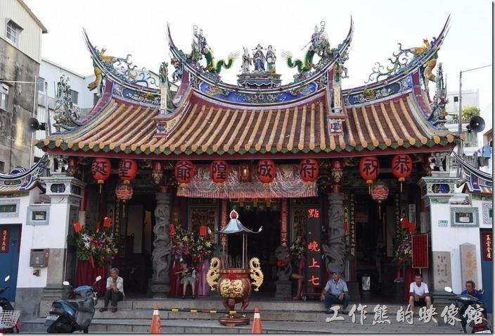 台南-台灣府城隍廟。相傳台南市這坐為於青年路上的「台灣府城隍廟」,建於明永曆二十三年(西元1669年),在當時東安坊郡署的右側,時稱承天府城隍廟,也是台灣最早的官建城隍廟。清康熙三十二年(西元 1693年),改稱台灣府城隍廟,是最早的整修文獻紀錄。根據清乾隆四十三年(西元1778年)台灣知府蔣元樞的《重修台郡各建築圖說》所繪,城隍廟原是一座四殿兩廂房式的廟宇建築,廟宇雖然不大,但其雕樑畫棟的華麗也不在話下,屋簷上的雕像也都是欣賞的重點。