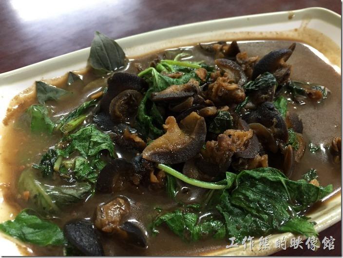 南港-炒牛肉店。炒螺肉,NT90。這是螺肉不是香菇頭好嗎,螺肉吃起來脆脆的,搭配波菜,吃起來有點微嗆的感覺,搭配味噌湯喝來剛剛好,如果有冰涼的啤酒就更對味了。