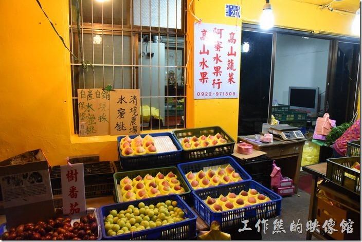 在博望新村的入口處有戶人家在賣高山水果及水蜜桃,水蜜桃有大有小,有硬又軟,吃起來還蠻甜的。