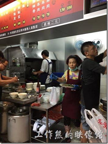 台南老曾羊肉的廚房就在一樓,所有的熱湯也都放在一樓的地上,從騎樓走過去都得小心翼翼的,很怕不小心踢翻滾燙的羊肉湯。