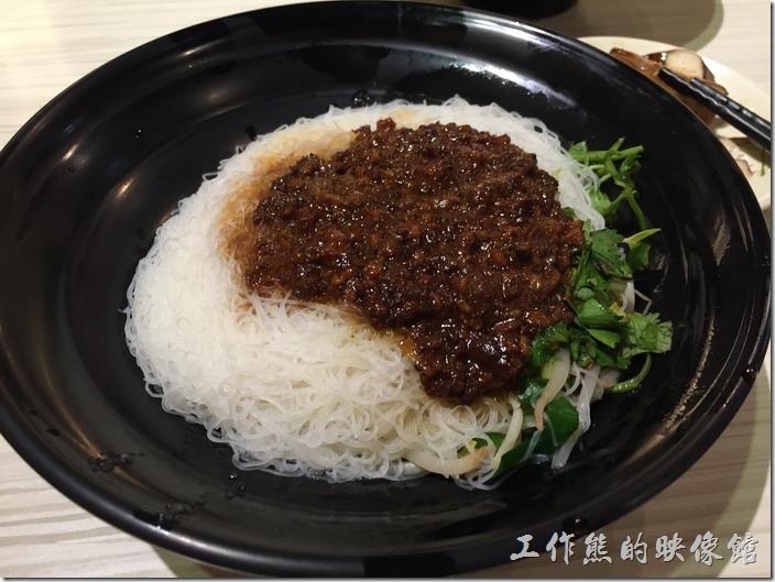 台北內湖-松哥擔仔麵。乾米粉(大),NT65。乾米粉底下有香菜、芹菜梗及燙熟的豆芽菜,上面則淋上店家特製的肉燥,仔細看這肉燥幾乎都是瘦肉。